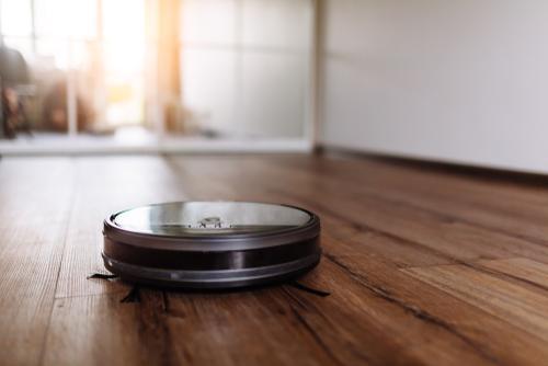 robotstofzuiger maakt vloer schoon