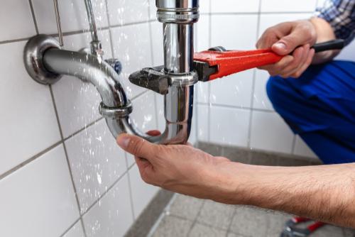 lekkage in de badkamer zelf opsporen en repareren