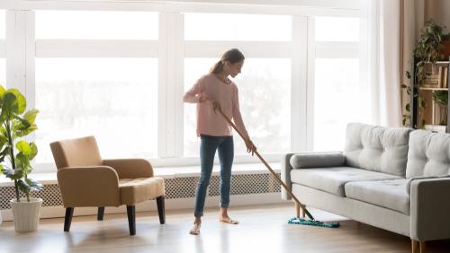 vrouw reinigt vloer