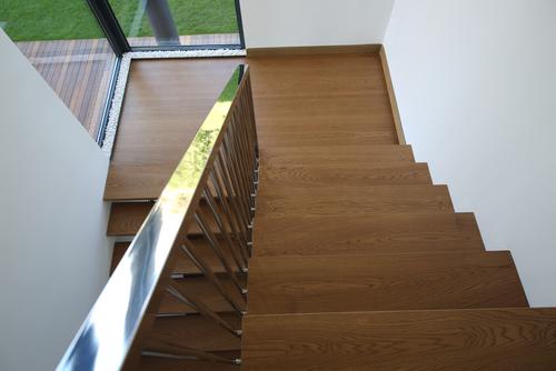 houten trap, witte muur