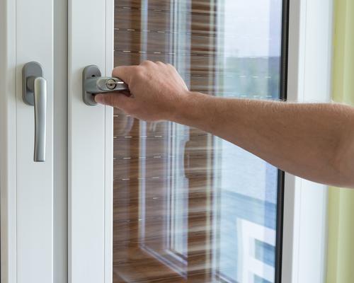 Een deurkruk of deurklink vervangen in een paar stappen
