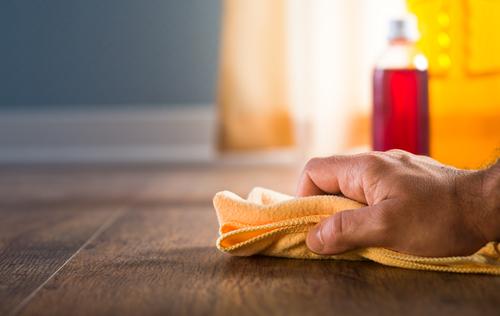 vloer schoonmaken met een doek