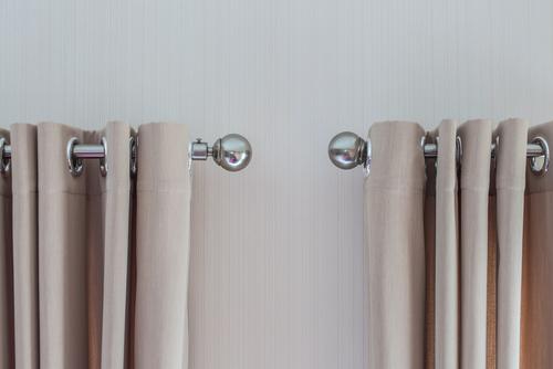 Gordijnen en gordijnrails ophangen doe je zo