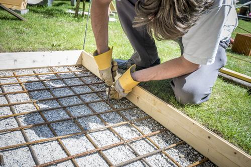 Met cement beton maken om te storten: zo moet dat