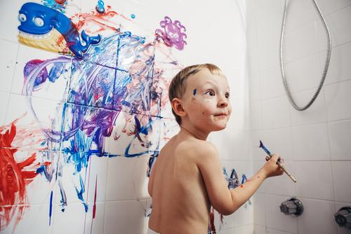kind verft in badkamer