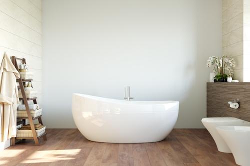 badkuip met witte muur