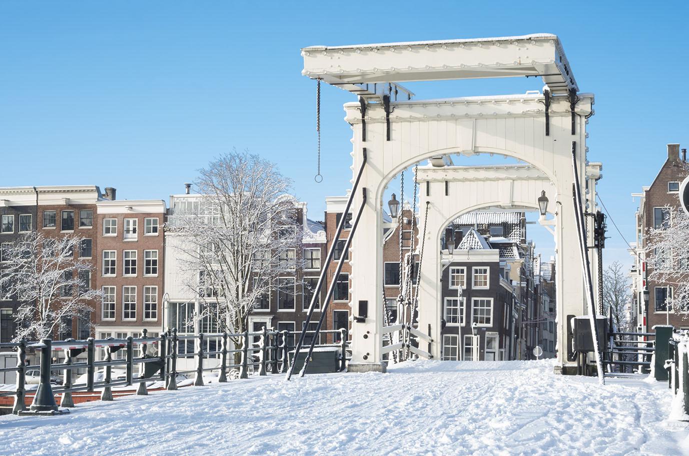 brug onder de sneeuw in Nederlandse stad