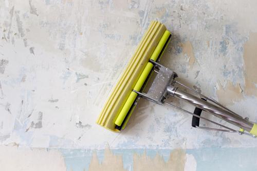 Glasvezelbehang of vliesbehang eenvoudig verwijderen met deze tips