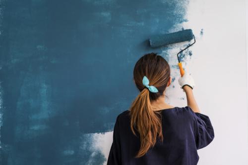 vrouw die een muur verft